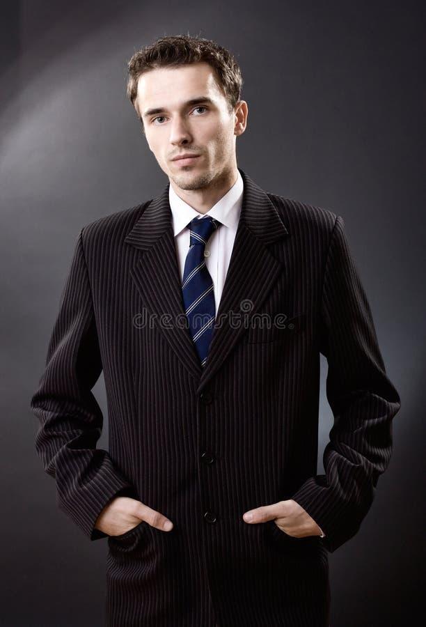 Adatti a ritratto dell'uomo il colpo di modello maschio dello studio del vestito immagine stock libera da diritti