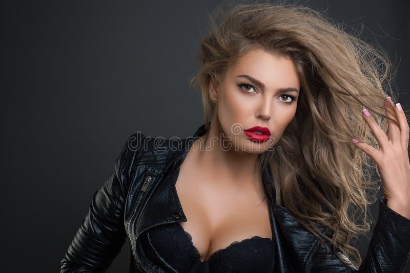 Adatti a ritratto la giovane bellezza colpo sexy dello studio della donna fotografia stock