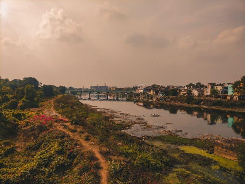 Adayar flod från ett förorts- drev royaltyfri fotografi