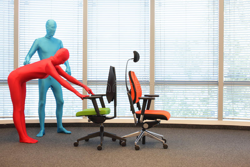 Addestramento anonimo di posizione della gente alle sedie fotografie stock libere da diritti