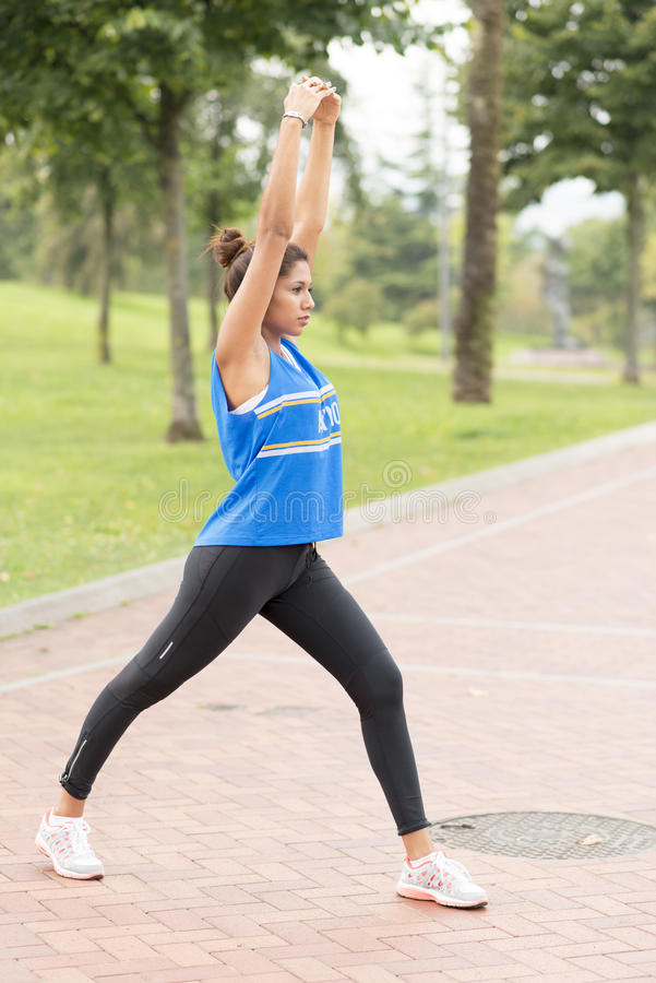 Addestramento atletico della donna ed esercitarsi nel parco, vita sana fotografia stock