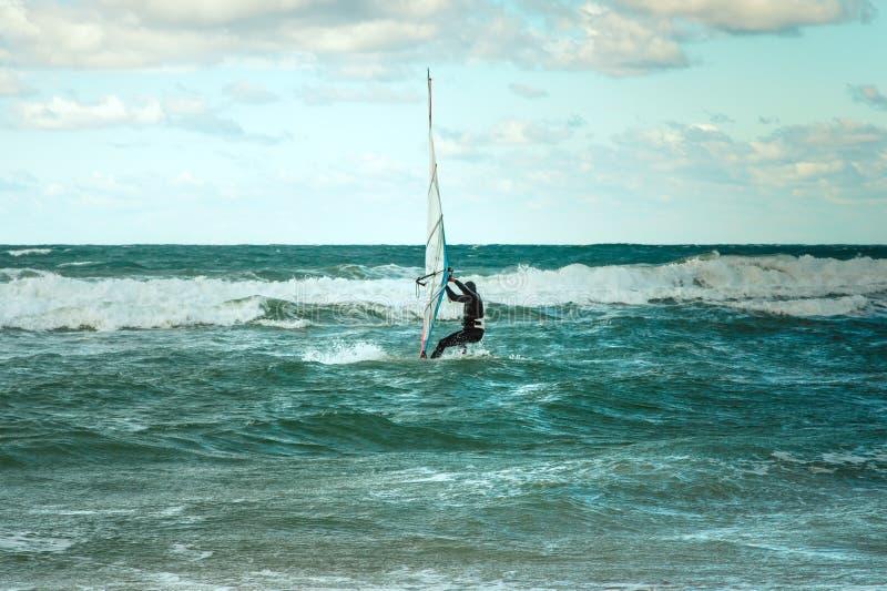 Addestramento attivo del Windsurfer di svago dell'acqua di navigazione di sport di windsurf del mare fotografia stock libera da diritti