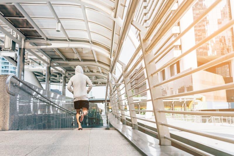 Addestramento del corridore e allenamento pareggianti fare che esercita potere che corre all'aperto nella città fotografie stock