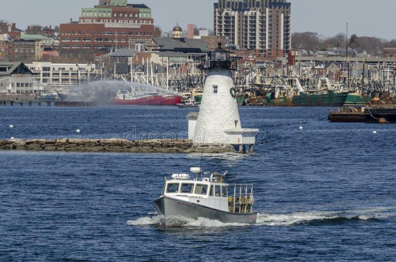 Addestramento del fuoco del faro della barca $lim Pickin$ dell'aragosta immagine stock