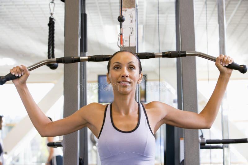 Addestramento del peso della donna alla ginnastica fotografia stock libera da diritti