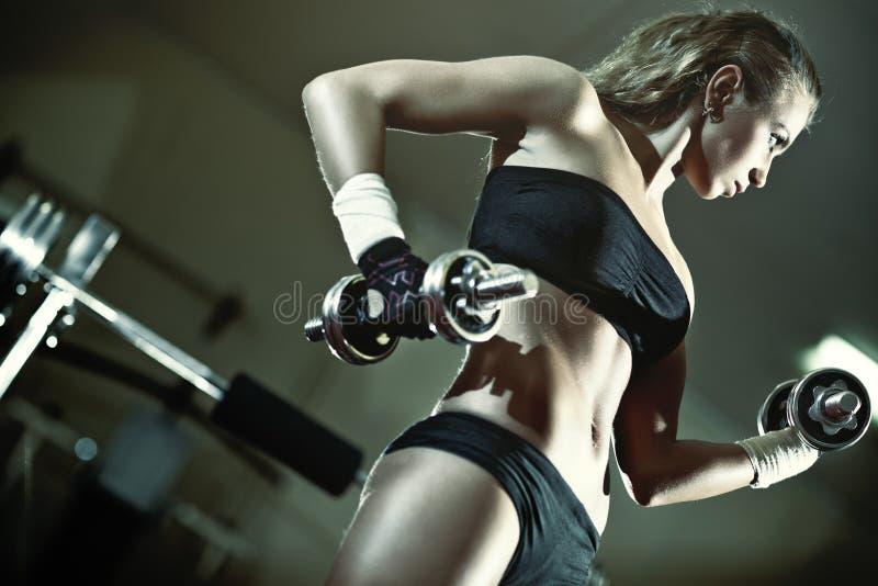Addestramento del peso della giovane donna fotografie stock