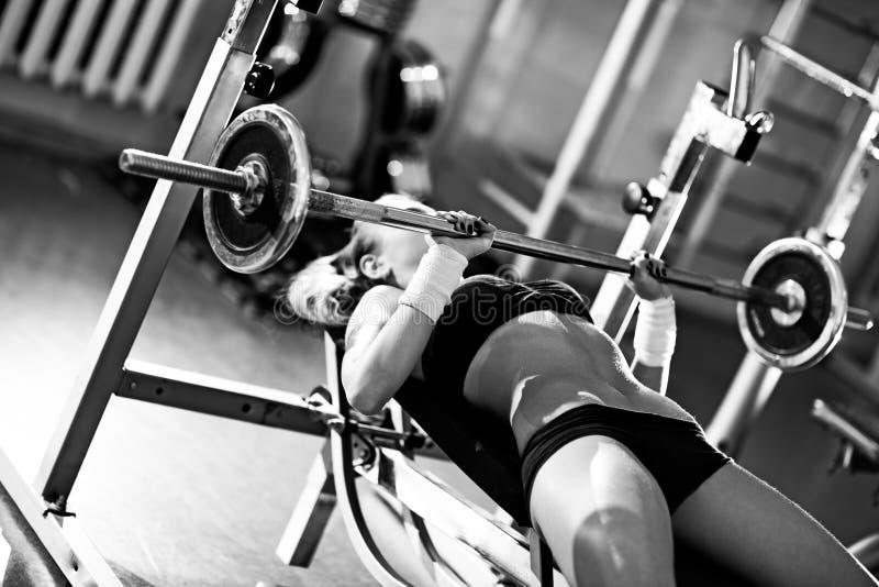Addestramento del peso della giovane donna immagine stock