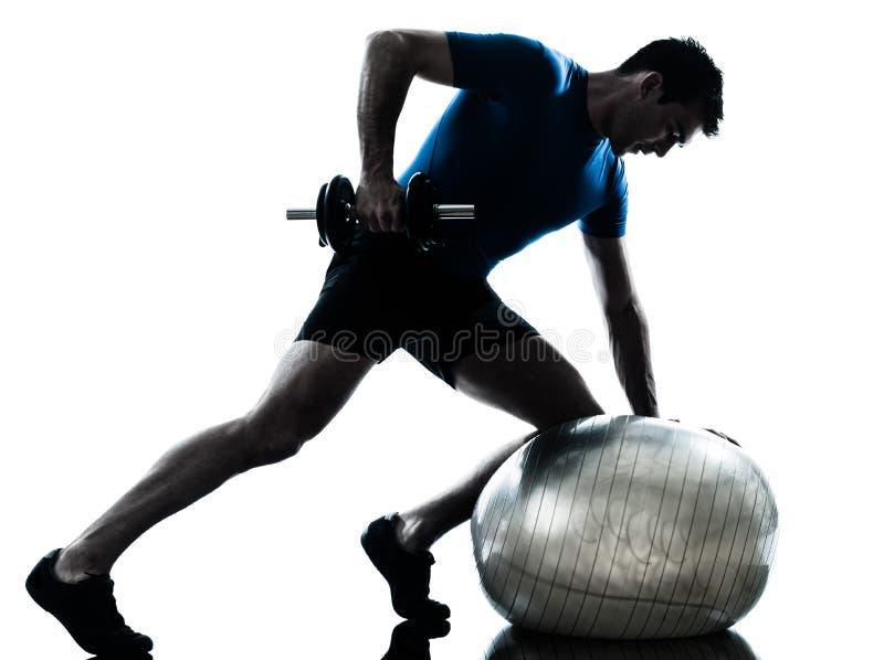 Addestramento del peso di esercitazione dell'uomo immagini stock
