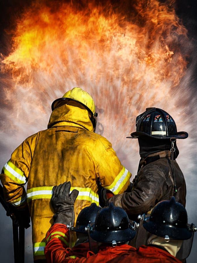 Addestramento del pompiere, il fightin del fuoco di formazione annuale degli impiegati immagini stock libere da diritti