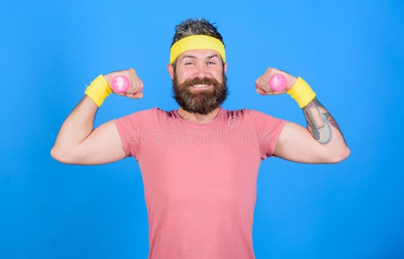 Addestramento dell'atleta con poca testa di legno Atleta barbuto dell'uomo che esercita testa di legno Tipo motivato dell'atleta  fotografia stock