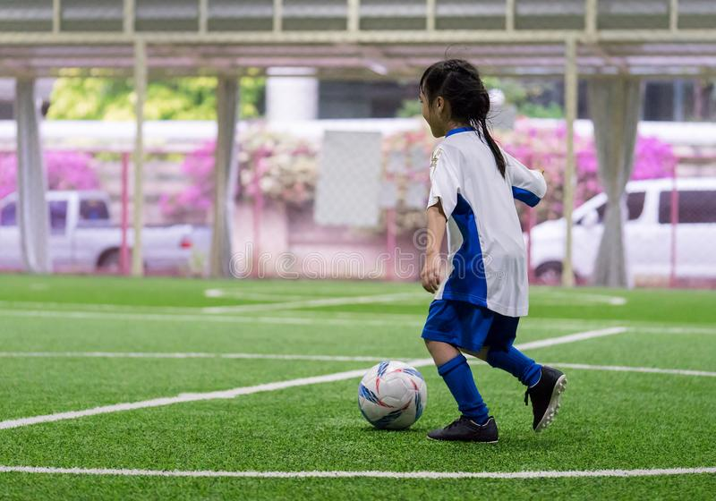Addestramento della bambina nel campo di calcio dell'interno immagini stock libere da diritti