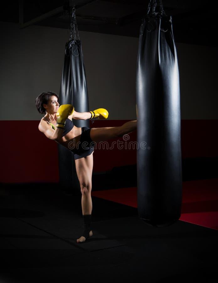 Addestramento della donna del kickboxer fotografie stock