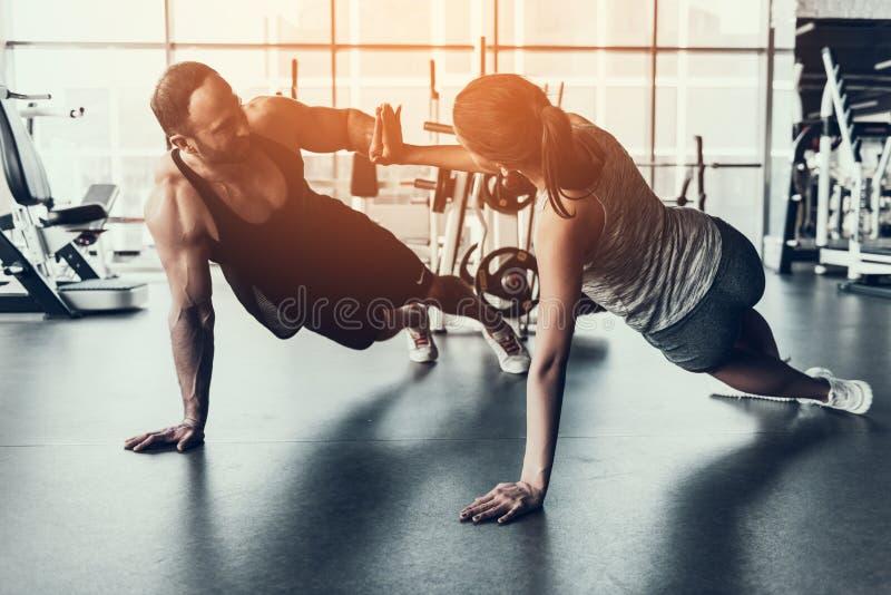 Addestramento della donna e del giovane nel club di forma fisica immagini stock