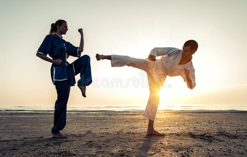 Addestramento delle coppie in arti marziali sulla spiaggia immagine stock libera da diritti