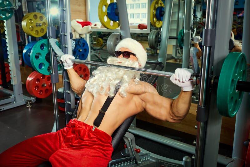 Addestramento di Santa Claus Bodybuilder alla palestra fotografia stock