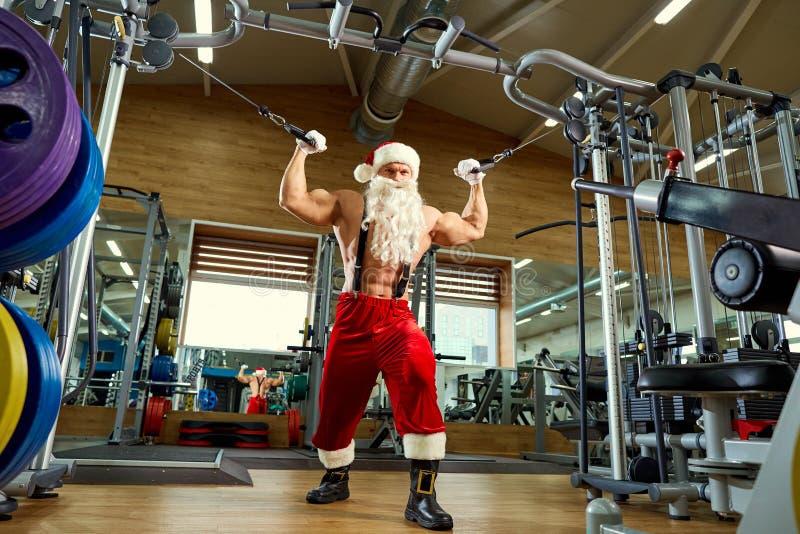 Addestramento di Santa Claus Bodybuilder alla palestra immagini stock libere da diritti