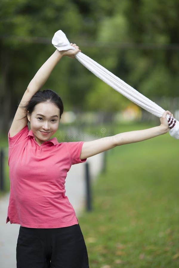 Addestramento femminile del modello di forma fisica fuori immagine stock