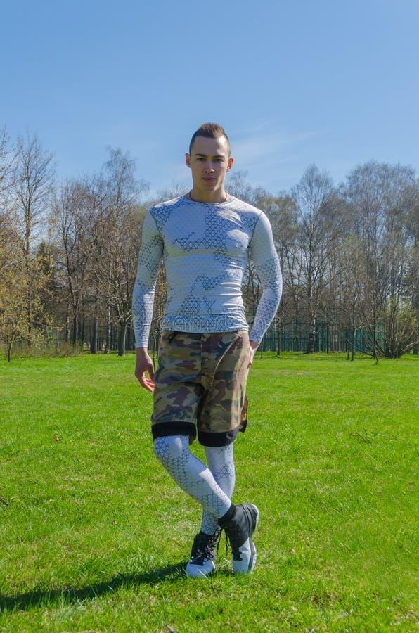 Addestramento maschio di estate degli abiti sportivi nel parco fotografia stock libera da diritti