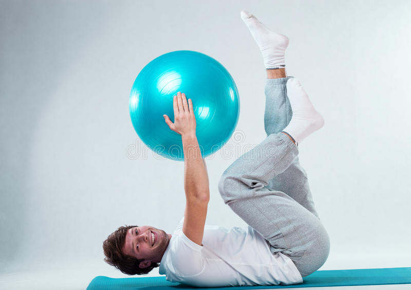 Addestramento paziente felice con la palla di forma fisica immagine stock