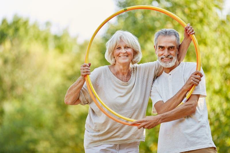 Addestramento senior delle coppie con i cerchi immagine stock