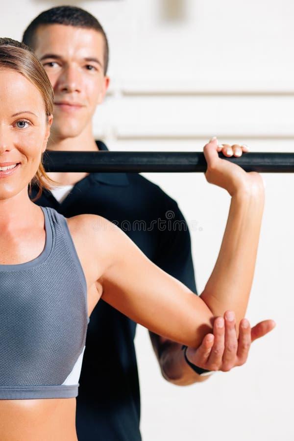 Addestratore personale in ginnastica fotografie stock libere da diritti