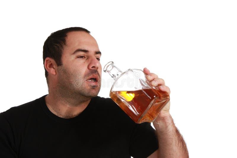 addicted mangiando il whisky degli uomini fotografia stock libera da diritti