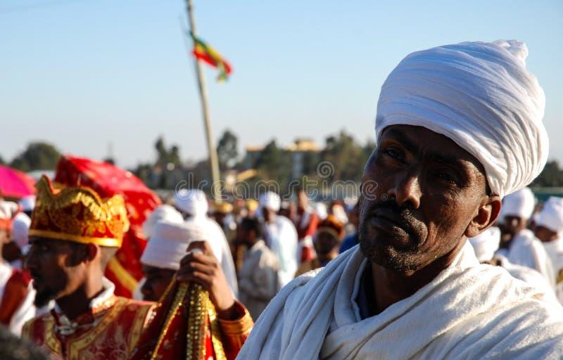 Addis Ababa, el 18 de enero de 2007: Sacerdote que descansa durante celebraciones de la epifanía imagen de archivo