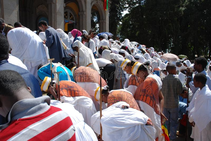 Addis Ababa, Ethiopië: Epiphany, kent anders als Timkat Pelgrims die buiten Addis Ababa Holy Trinity Cathedral buigen royalty-vrije stock foto's