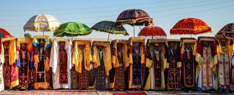 Addis Ababa, Etiópia: Esmagamento etíope Padres que levam réplicas cobertas do Tabot sobre suas cabeças imagens de stock