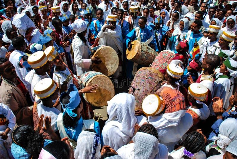 Addis Ababa, Etiopía, el 19 de enero de 2007: rezos jovenes del canto del coro durante celebraciones de la epifanía foto de archivo libre de regalías