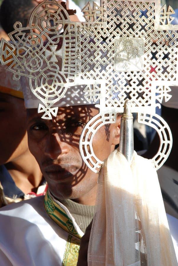 Addis Ababa, Etiopía, el 16 de enero de 2007: Sacerdote que lleva una celebración cruzada del timkat de Epihany del durng fotografía de archivo