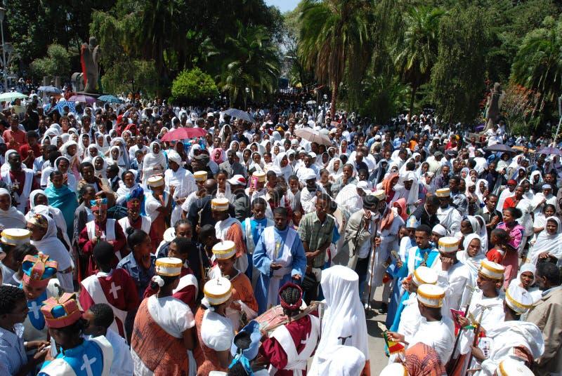 Addis Ababa, Etiopía: La epifanía, si no sabe como Timkat muchedumbre joven que celebra delante de Addis Ababa Holy Trinity Cathe fotografía de archivo libre de regalías