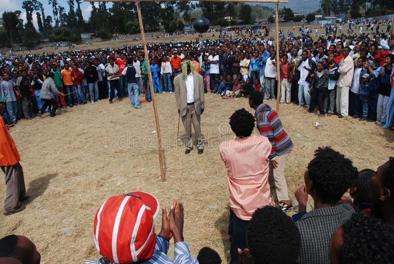 Addis Ababa, Etiopía: Muchedumbre que sigue un piñata improvisado foto de archivo
