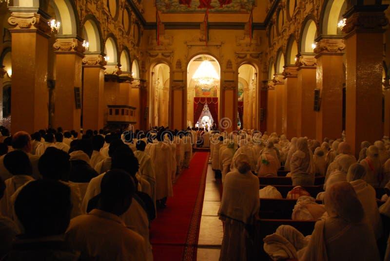 Addis Ababa, Etiopía: Peregrinos que siguen servicio total durante la Navidad etíope en la catedral de la trinidad santa fotografía de archivo libre de regalías