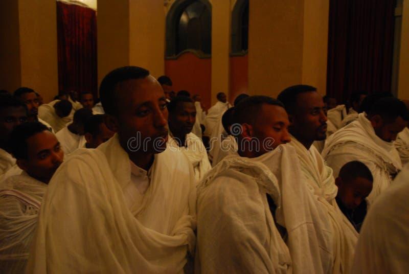 Addis Ababa, Etiopia: Mężczyzn bożych narodzeń następujący usługa przy Addis Ababa Świętej trójcy katedrą zdjęcia royalty free