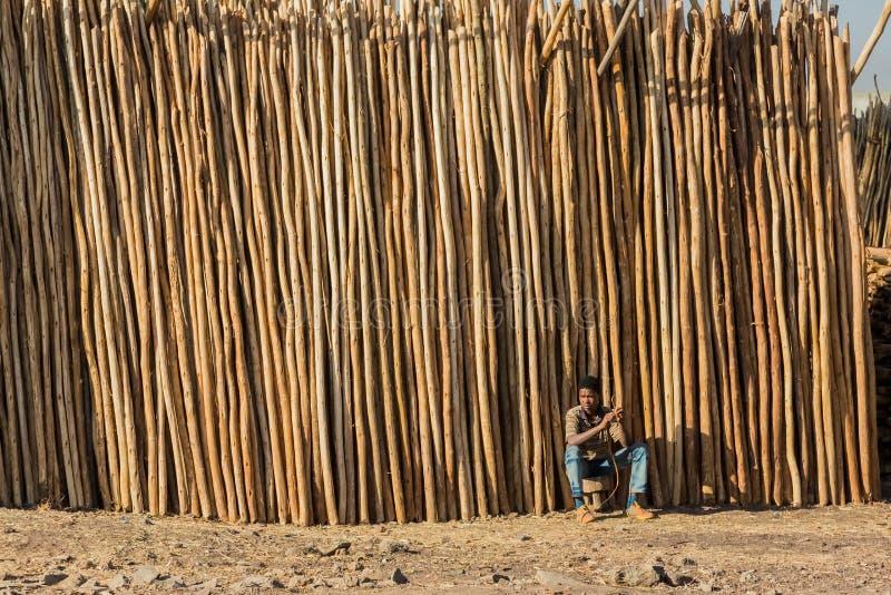 Addis Ababa, Etiopia, Styczeń 30, 2014, Afrykańskiego mężczyzna siedzący nex zdjęcie stock