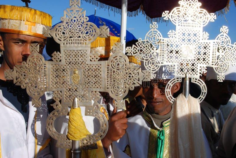 Addis Ababa, Etiopia, 16th 2007 Styczeń: Księża niesie przecinającego durng Epihany timkat świętowanie fotografia royalty free