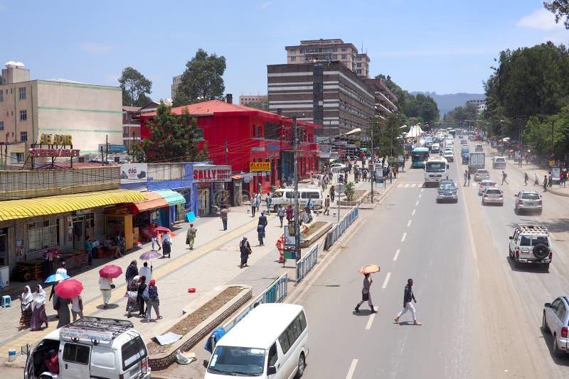 Addis Ababa Etiopien - 9 April 2019: Upptagen gata i den etiopiska huvudstaden av Addis Ababa arkivfoto
