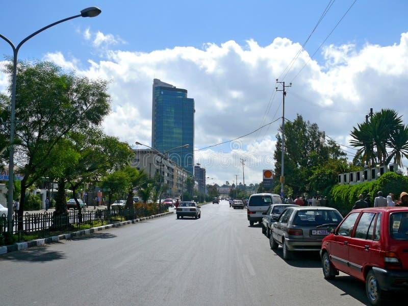 ADDIS ABABA ETIOPIEN - NOVEMBER 25, 2008: I stadens centrum. Stads- väg arkivfoton
