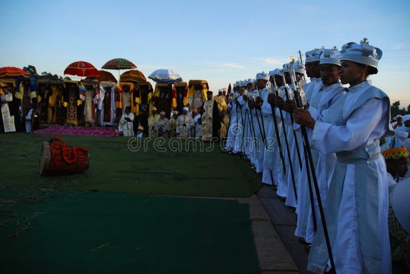 Addis Ababa negentiende Januari 2008: Koormeisjes die zich voor priesters bevinden stock foto's
