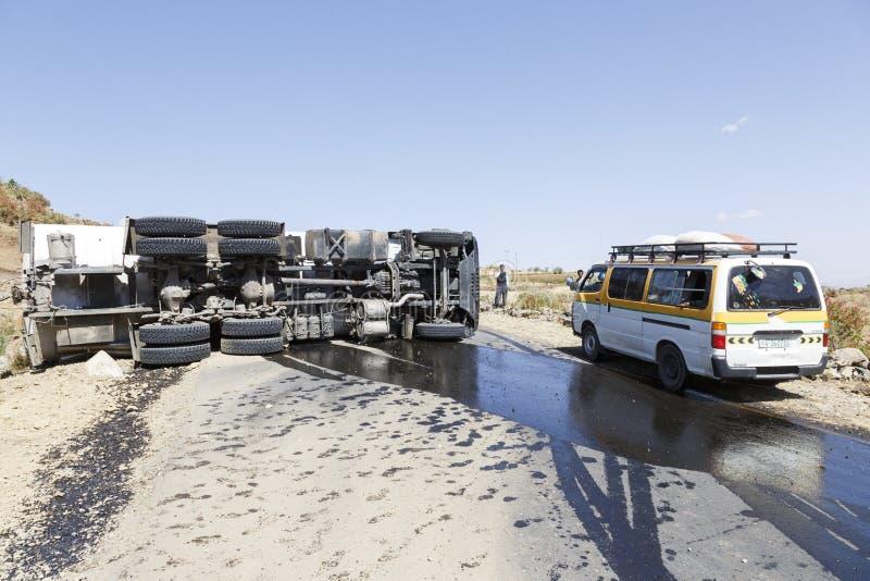 Addis Abeba Etiopien, Januari 15 2015: Olycka på en landsväg med en diesel- tankbil som vältas i en kurva arkivbild