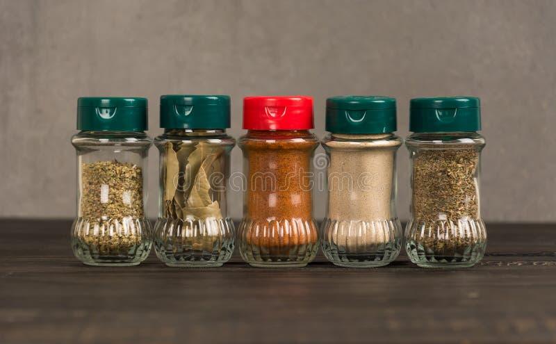 additives rzucać kulą kolorowych ziele naturalne wielkościowe pikantność pionowo zdjęcie royalty free