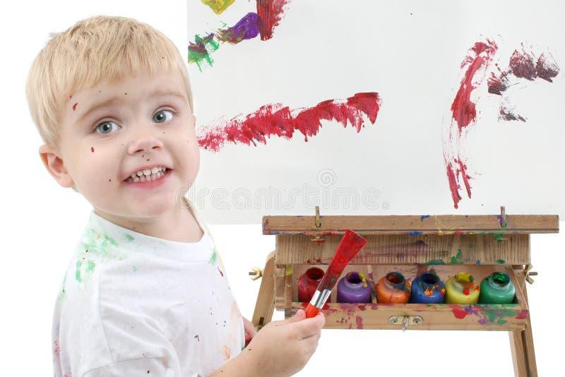 Addorable Kleinkind-Jungen-Anstrich am Gestell stockfoto