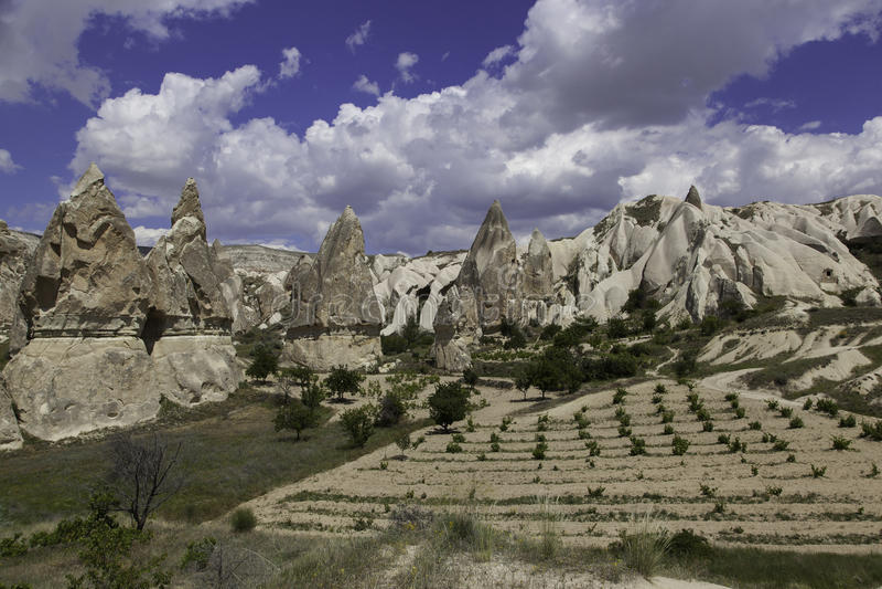Adega das formações e do yound de rocha em Turquia imagem de stock