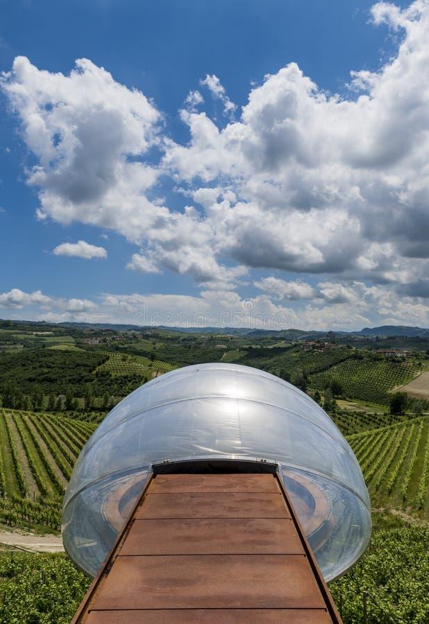 Adega de Ceretto com ponto de vista, nuvens e vinhedos foto de stock royalty free
