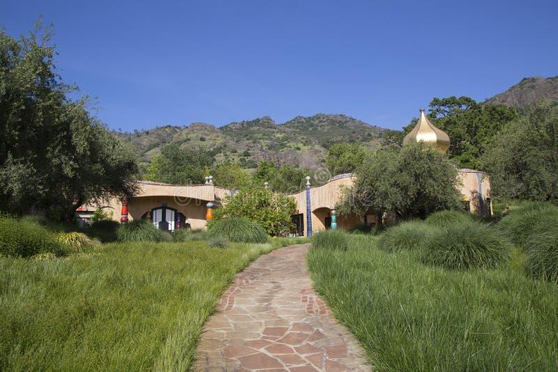 A adega de Quixote em Napa Valley construiu pelo arquiteto vienense Friedensreich Hundertwasser imagens de stock