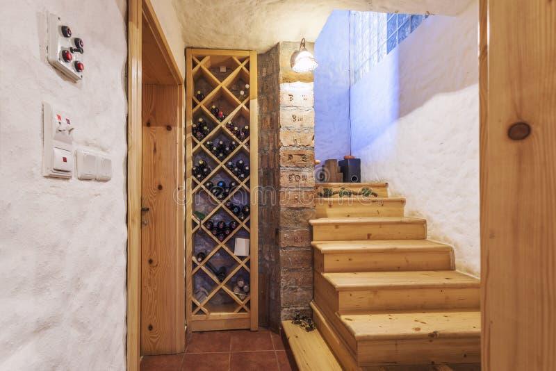 Adega de vinho em uma casa imagem de stock royalty free