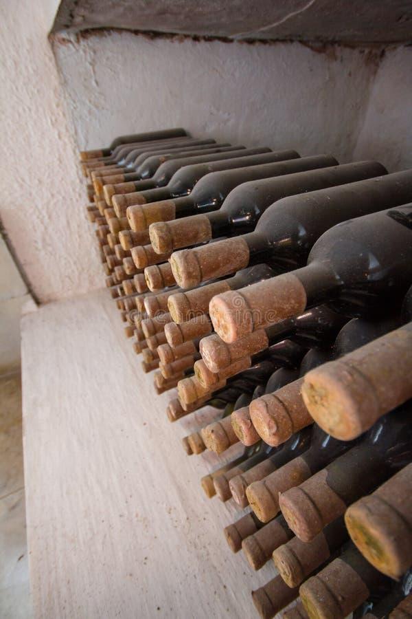 Adega de vinho, uma fileira das garrafas fotografia de stock