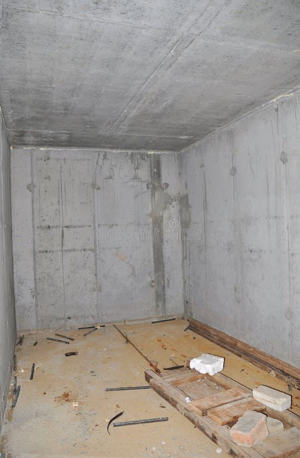 Adega do armazenamento da casa da construção ou sala concreta do interior do abrigo do furacão fotografia de stock royalty free