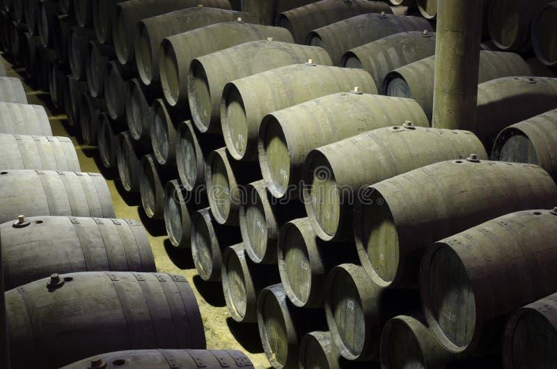 Adega em tambores de vinho da xerez imagem de stock